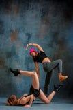 2 привлекательных девушки танцуя twerk в студии Стоковая Фотография