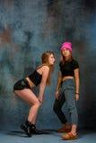 2 привлекательных девушки танцуя twerk в студии Стоковые Изображения RF