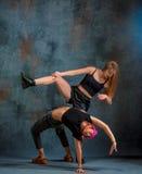 2 привлекательных девушки танцуя twerk в студии Стоковые Фото