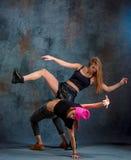 2 привлекательных девушки танцуя twerk в студии Стоковое Фото