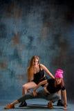 2 привлекательных девушки танцуя twerk в студии Стоковое Изображение RF