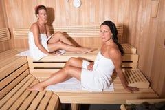2 привлекательных женщины в сауне Стоковые Фотографии RF
