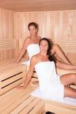 2 привлекательных женщины в сауне Стоковые Изображения