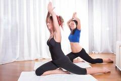 2 привлекательных женщины делая их разминку Стоковые Изображения RF