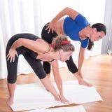 2 привлекательных женщины делая их разминку Стоковая Фотография