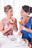 2 привлекательных женщины имея светлый обедающий Стоковые Изображения