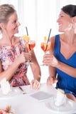 2 привлекательных женщины имея светлый обедающий Стоковая Фотография