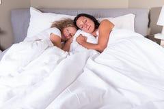 2 привлекательных женщины идя спать в кровати Стоковое Изображение RF