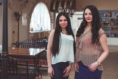 2 привлекательных женщины моделей представляя для камеры Стоковое фото RF
