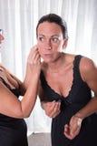 2 привлекательных женщины - одна кладет другую ее серьга дальше Стоковые Изображения
