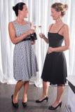2 привлекательных женщины получая готовый на вечер Стоковые Изображения