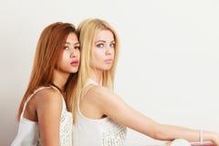 2 привлекательных женщины представляя совместно Стоковое Изображение RF
