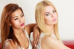 2 привлекательных женщины представляя совместно Стоковые Изображения RF