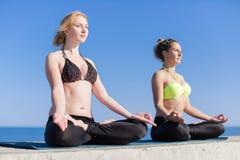 2 привлекательных молодой женщины размышляя дальше под открытым небом Стоковые Изображения