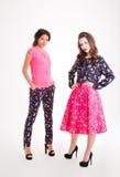 2 привлекательных молодой женщины стоя и представляя Стоковое Изображение RF