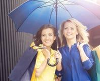 2 привлекательных молодой женщины с зонтиком Стоковая Фотография RF