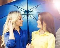 2 привлекательных молодой женщины с зонтиком Стоковые Изображения RF