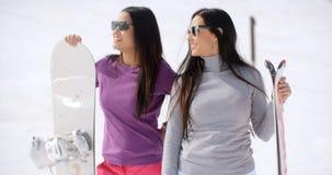 2 привлекательных молодой женщины с их сноубордами Стоковая Фотография