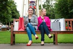 2 привлекательных молодых женских друз наслаждаясь днем вне после успешных покупок Стоковое фото RF