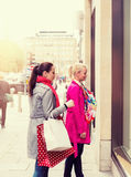 2 привлекательных молодых женских друз наслаждаясь днем вне ходя по магазинам, colorised изображением Стоковое фото RF