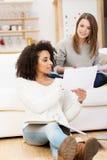 2 привлекательных молодых студента работая дома Стоковые Фото