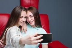 2 привлекательных подруги делают selfie на камере Стоковое фото RF