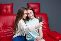 2 привлекательных подруги делают selfie на камере Стоковые Фото