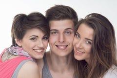 2 привлекательных предназначенных для подростков девушки и мальчик имеют потеху, Стоковая Фотография
