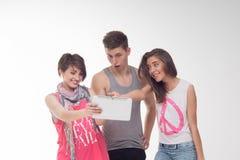 2 привлекательных предназначенных для подростков девушки и мальчик имеют потеху, Стоковое Изображение RF