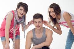 2 привлекательных предназначенных для подростков девушки и мальчик имеют потеху, Стоковое Фото