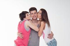 2 привлекательных предназначенных для подростков девушки и мальчик имеют потеху, Стоковые Изображения RF