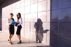 2 привлекательных предпринимателя молодых женщин, студенты обсуждают, экзамен Стоковые Изображения
