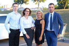 4 привлекательных современных молодые люди, 2 мальчика и smil 2 девушек стоковые фото