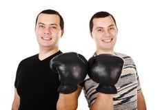 2 привлекательных усмехаясь молодого человека дублируют в изолированных перчатках бокса Стоковое Фото