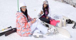 2 привлекательных snowboarders женщин ослабляя Стоковые Фото