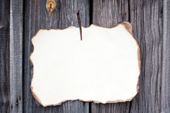 Пригвозженный лист бумаги на деревянной стене Стоковые Фотографии RF