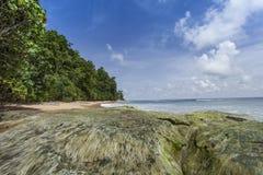 Пригвоздите небо острова голубое с белыми облаками, Андаманскими островами, Индией Стоковое Изображение
