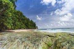 Пригвоздите небо острова голубое с белыми облаками, Андаманскими островами, Индией Стоковое Изображение RF