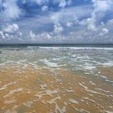 Пригвоздите небо острова голубое с белыми облаками, Андаманскими островами, Индией Стоковые Изображения RF