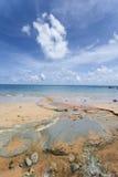 Пригвоздите небо острова голубое с белыми облаками, Андаманскими островами, Индией Стоковая Фотография