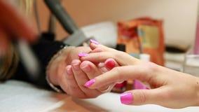Пригвоздите пальто верхней части картины техника на ногти клиентов розовые видеоматериал