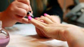 Пригвоздите пальто верхней части картины техника на ногти клиентов розовые акции видеоматериалы