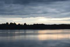 Приглаживайте затишье над рекой в лете стоковое изображение