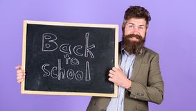Пригласите для того чтобы отпраздновать день знания Учитель рекламирует назад к школьным принадлежностям покупки школы новым Чело стоковые изображения