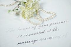Приглашение свадьбы с сердцем жемчуга стоковое изображение rf