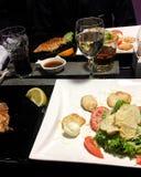 приглашенное питье обеда делает людьми речь ресторана к Стоковая Фотография
