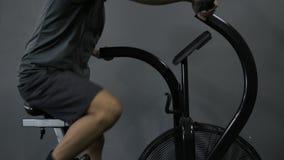 Пригонка детенышей загорела человека разрабатывая на велосипеде воздуха тренировки акции видеоматериалы