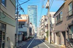 Пригородная улица кончается вверх с небоскребом стоковое фото