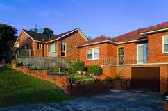 Пригородные экстерьеры дома красного кирпича на заходе солнца в Сиднее Австралии Стоковая Фотография RF