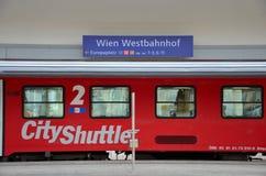 Пригородный поезд на вокзале Вены западном Bahnhoff, Австрии стоковое изображение rf